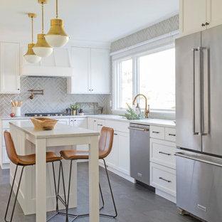 Exemple d'une cuisine américaine chic en L de taille moyenne avec un évier encastré, un placard à porte shaker, des portes de placard blanches, un plan de travail en marbre, une crédence grise, une crédence en carreau de céramique, un électroménager en acier inoxydable, un sol en carrelage de céramique, un îlot central, un plan de travail gris et un sol gris.