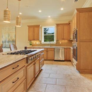 ニューオリンズの中サイズのトランジショナルスタイルのおしゃれなキッチン (落し込みパネル扉のキャビネット、淡色木目調キャビネット、珪岩カウンター、黄色いキッチンパネル、セラミックタイルのキッチンパネル、シルバーの調理設備の、磁器タイルの床、ベージュの床、ベージュのキッチンカウンター) の写真