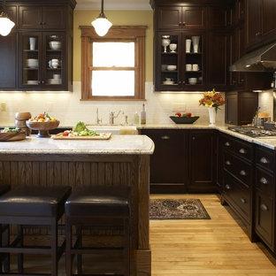 Imagen de cocina clásica con armarios tipo vitrina y encimera de granito