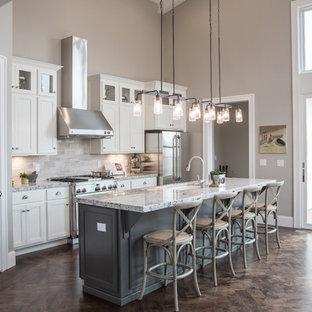 Idéer för vintage kök och matrum, med en undermonterad diskho, luckor med infälld panel, vita skåp, grått stänkskydd, rostfria vitvaror, en köksö och stänkskydd i kalk