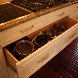 Kitchen - traditional kitchen idea in Cleveland