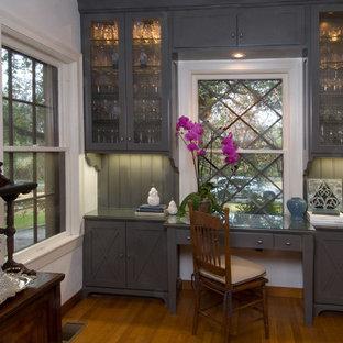 Inspiration för klassiska kök, med luckor med glaspanel, grå skåp, bänkskiva i glas och grått stänkskydd