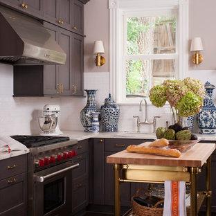 Kleine Klassische Küche in L-Form mit Unterbauwaschbecken, Schrankfronten mit vertiefter Füllung, grauen Schränken, Marmor-Arbeitsplatte, Küchenrückwand in Weiß, Rückwand aus Metrofliesen und dunklem Holzboden in Washington, D.C.
