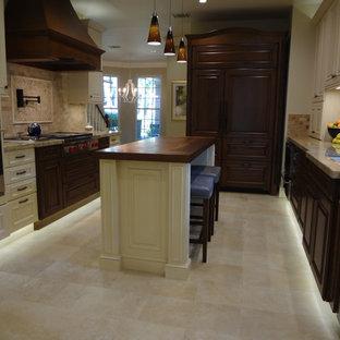 Kitchen - traditional kitchen idea in Houston