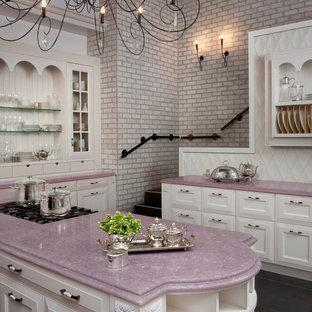 Inredning av ett klassiskt lila lila kök, med luckor med infälld panel och bänkskiva i kvarts