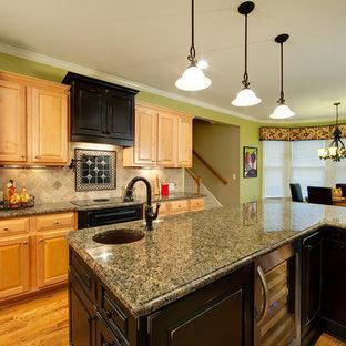 Exempel på ett litet klassiskt kök, med granitbänkskiva, en undermonterad diskho, luckor med upphöjd panel, beige stänkskydd, mellanmörkt trägolv, en köksö och stänkskydd i travertin