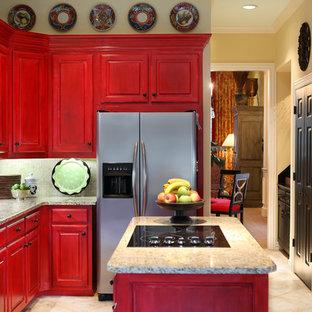 Klassische Küche mit Granit-Arbeitsplatte, Küchengeräten aus Edelstahl, roten Schränken, Einbauwaschbecken, profilierten Schrankfronten, Küchenrückwand in Beige, Rückwand aus Mosaikfliesen, Travertin und Kücheninsel in Dallas