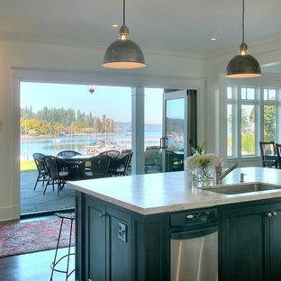 Idéer för vintage kök och matrum, med en undermonterad diskho, luckor med profilerade fronter, svarta skåp och rostfria vitvaror