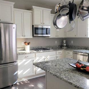 Große Klassische Küche in U-Form mit Unterbauwaschbecken, Schrankfronten mit vertiefter Füllung, weißen Schränken, Granit-Arbeitsplatte, Küchengeräten aus Edelstahl, dunklem Holzboden, Kücheninsel, blauem Boden und bunter Arbeitsplatte in Denver