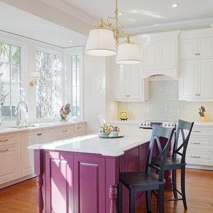 Geschlossene, Mittelgroße Klassische Küche in L-Form mit Unterbauwaschbecken, profilierten Schrankfronten, Quarzwerkstein-Arbeitsplatte, Küchenrückwand in Blau, Rückwand aus Porzellanfliesen, Küchengeräten aus Edelstahl, braunem Holzboden, Kücheninsel, braunem Boden und lila Schränken in Atlanta