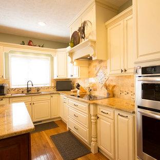 Inredning av ett klassiskt mycket stort kök, med vita skåp, mellanmörkt trägolv, en köksö, luckor med upphöjd panel och rostfria vitvaror