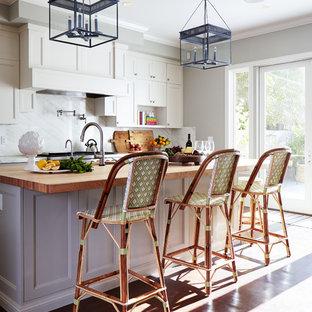 Große, Geschlossene Klassische Küche mit weißen Schränken, Arbeitsplatte aus Holz, Küchengeräten aus Edelstahl, Kücheninsel, Unterbauwaschbecken, Schrankfronten mit vertiefter Füllung, braunem Boden, Küchenrückwand in Weiß, Rückwand aus Marmor und dunklem Holzboden in San Francisco