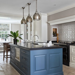 ブリスベンのトラディショナルスタイルのおしゃれなアイランドキッチン (レイズドパネル扉のキャビネット、亜鉛製カウンター、グレーのキッチンパネル、セラミックタイルのキッチンパネル、グレーの床、黒いキッチンカウンター) の写真