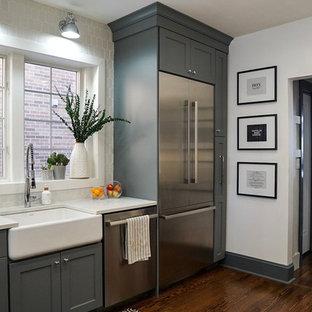 Bild på ett mellanstort vintage vit vitt kök, med en rustik diskho, bänkskiva i kvarts, vitt stänkskydd, stänkskydd i cementkakel, rostfria vitvaror, mörkt trägolv, brunt golv, skåp i shakerstil och grå skåp