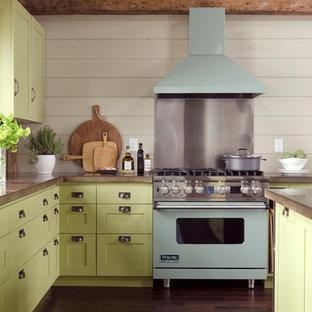 Пример оригинального дизайна: кухня в современном стиле с столешницей из бетона, зелеными фасадами, цветной техникой и фасадами в стиле шейкер
