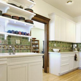 Foto di una cucina a L classica chiusa e di medie dimensioni con elettrodomestici bianchi, nessun'anta, ante bianche, paraspruzzi verde, lavello sottopiano, paraspruzzi con piastrelle in ceramica, parquet chiaro e nessuna isola