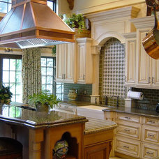 traditional kitchen by Minion Gutierrez