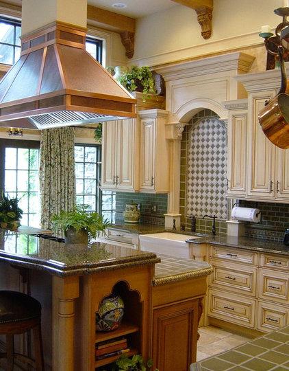 Traditional Kitchen by Minion Gutierrez