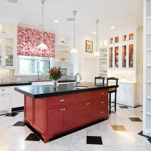 Cette image montre une cuisine traditionnelle avec un placard à porte affleurante et des portes de placard rouges.