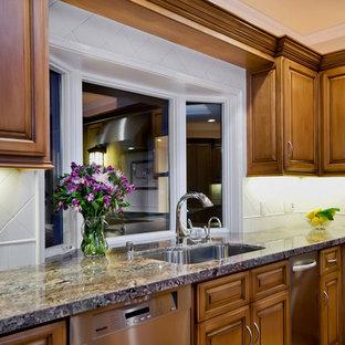 Удачное сочетание для дизайна помещения: большая п-образная кухня-гостиная в классическом стиле с врезной раковиной, фасадами с выступающей филенкой, фасадами цвета дерева среднего тона, столешницей из гранита, белым фартуком, фартуком из керамогранитной плитки, техникой из нержавеющей стали, паркетным полом среднего тона, островом, коричневым полом и фиолетовой столешницей - самое интересное для вас