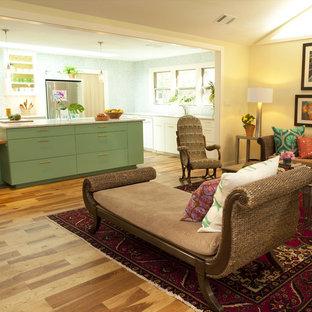 Стильный дизайн: кухня-гостиная в классическом стиле с зелеными фасадами - последний тренд