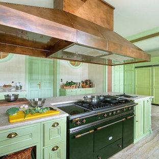 Идея дизайна: большая кухня в классическом стиле с зелеными фасадами, цветной техникой и островом