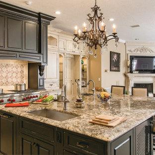 Idéer för stora vintage kök, med luckor med upphöjd panel, skåp i slitet trä, granitbänkskiva, en undermonterad diskho, beige stänkskydd, stänkskydd i travertin, rostfria vitvaror och en köksö