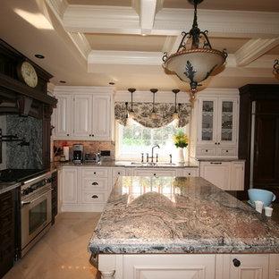 トロントの中サイズのヴィクトリアン調のおしゃれなキッチン (エプロンフロントシンク、レイズドパネル扉のキャビネット、濃色木目調キャビネット、御影石カウンター、ベージュキッチンパネル、石スラブのキッチンパネル、シルバーの調理設備の、磁器タイルの床) の写真