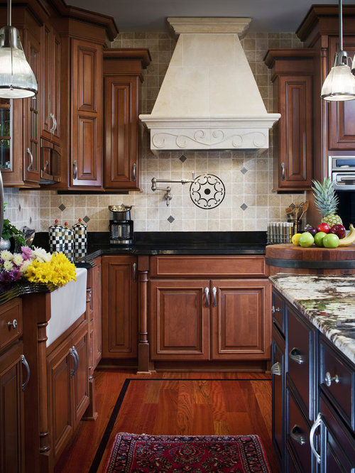 Eat In Kitchen   Mid Sized Traditional L Shaped Medium Tone Wood Floor