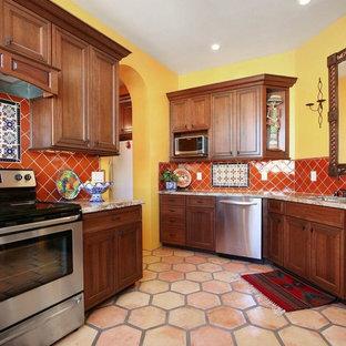 Idéer för avskilda, mellanstora amerikanska u-kök, med en undermonterad diskho, luckor med infälld panel, skåp i mellenmörkt trä, granitbänkskiva, orange stänkskydd, stänkskydd i keramik, rostfria vitvaror och klinkergolv i terrakotta