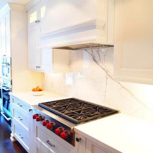 Foto di una cucina classica con ante bianche, top in quarzo composito, paraspruzzi bianco e paraspruzzi in lastra di pietra