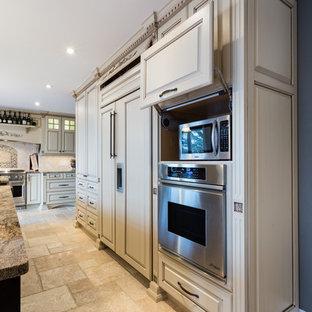 Große Klassische Küche mit profilierten Schrankfronten, beigen Schränken, Granit-Arbeitsplatte, Küchenrückwand in Beige, Rückwand aus Steinfliesen, Elektrogeräten mit Frontblende und Travertin in Sonstige