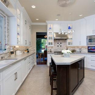 Mittelgroße, Geschlossene Klassische Küche in U-Form mit Unterbauwaschbecken, Schrankfronten mit vertiefter Füllung, weißen Schränken, Quarzit-Arbeitsplatte, Küchenrückwand in Grau, Küchengeräten aus Edelstahl, Porzellan-Bodenfliesen, Kücheninsel und Rückwand aus Stäbchenfliesen in San Diego