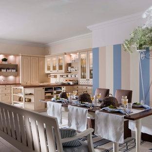 Inspiration för mellanstora klassiska kök, med en nedsänkt diskho, luckor med upphöjd panel, beige skåp, träbänkskiva, beige stänkskydd, rostfria vitvaror, målat trägolv och en halv köksö