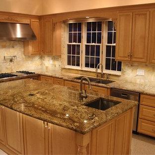 Imagen de cocina tradicional, grande, con fregadero bajoencimera, encimera de granito, salpicadero multicolor, suelo de terrazo y una isla