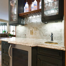 Traditional Home Bar by Le Gourmet Kitchen Ltd.