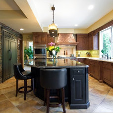 Traditional Kitchen by Le Gourmet Kitchen Ltd.