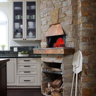 Bild på ett stort rustikt u-kök, med luckor med upphöjd panel, gula skåp, marmorbänkskiva och en köksö