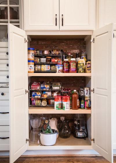 Классический Кухня by Elements Design Co. (DBA Kitchen Style, LLC)