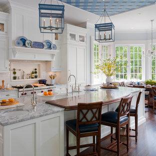 Imagen de cocina comedor clásica con fregadero sobremueble, armarios estilo shaker, puertas de armario blancas, salpicadero blanco, salpicadero de azulejos tipo metro y electrodomésticos con paneles
