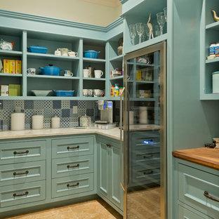 ニューヨークの大きいトラディショナルスタイルのおしゃれなキッチン (オープンシェルフ、マルチカラーのキッチンパネル、シルバーの調理設備の、トラバーチンの床、ベージュの床、ターコイズのキャビネット) の写真