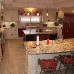 ヒューストンの巨大なトラディショナルスタイルのおしゃれなキッチン (白いキャビネット、ベージュキッチンパネル、カラー調理設備、トリプルシンク、レイズドパネル扉のキャビネット、御影石カウンター、石タイルのキッチンパネル、トラバーチンの床、ベージュの床) の写真
