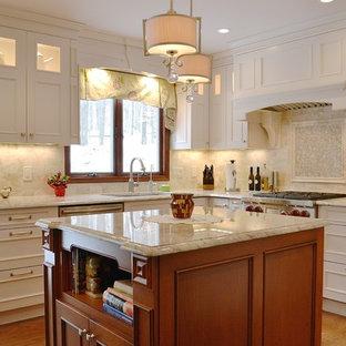 ニューヨークの中サイズのトラディショナルスタイルのおしゃれなキッチン (アンダーカウンターシンク、落し込みパネル扉のキャビネット、白いキャビネット、大理石カウンター、ベージュキッチンパネル、磁器タイルのキッチンパネル、パネルと同色の調理設備、無垢フローリング、茶色い床、ベージュのキッチンカウンター) の写真