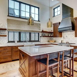デンバーのラスティックスタイルのおしゃれなキッチン (エプロンフロントシンク、シェーカースタイル扉のキャビネット、中間色木目調キャビネット、マルチカラーのキッチンパネル、シルバーの調理設備の、淡色無垢フローリング、白いキッチンカウンター) の写真