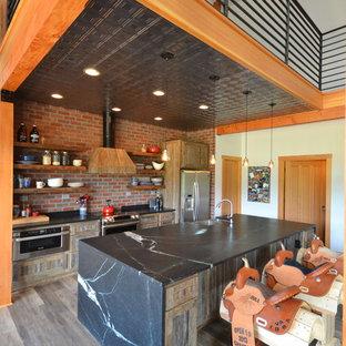 他の地域の中サイズのラスティックスタイルのおしゃれなキッチン (オープンシェルフ、中間色木目調キャビネット、ソープストーンカウンター、クッションフロア、一体型シンク、赤いキッチンパネル、シルバーの調理設備の、レンガのキッチンパネル、茶色い床) の写真