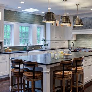Inspiration för klassiska kök och matrum, med en rustik diskho, vita skåp, bänkskiva i täljsten, grönt stänkskydd, stänkskydd i glaskakel och rostfria vitvaror