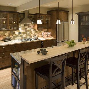 Zweizeilige Klassische Küche mit Glasfronten, Küchengeräten aus Edelstahl, Granit-Arbeitsplatte, dunklen Holzschränken und bunter Rückwand in Portland