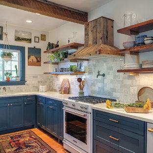 ポートランドのトランジショナルスタイルのおしゃれなキッチン (シェーカースタイル扉のキャビネット、青いキャビネット、珪岩カウンター、磁器タイルのキッチンパネル、淡色無垢フローリング) の写真