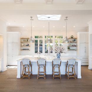 Inspiration för ett stort vintage vit vitt u-kök, med en rustik diskho, luckor med infälld panel, vita skåp, marmorbänkskiva, vitt stänkskydd, stänkskydd i tunnelbanekakel, mellanmörkt trägolv, en köksö, färgglada vitvaror och brunt golv