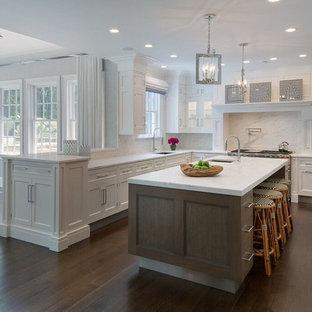 ニューヨークの中くらいのトランジショナルスタイルのおしゃれなキッチン (アンダーカウンターシンク、シェーカースタイル扉のキャビネット、白いキャビネット、ソープストーンカウンター、白いキッチンパネル、石スラブのキッチンパネル、シルバーの調理設備、濃色無垢フローリング、茶色い床) の写真